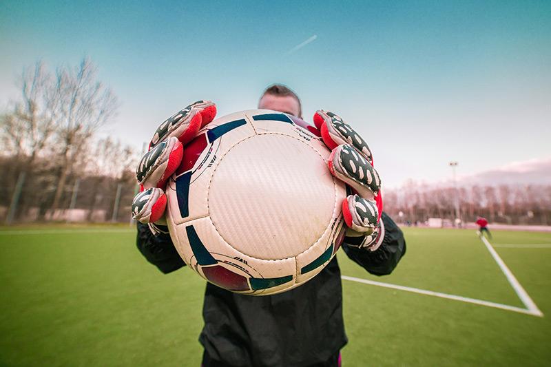 Du spielst seit Jahren im Verein Fußball?