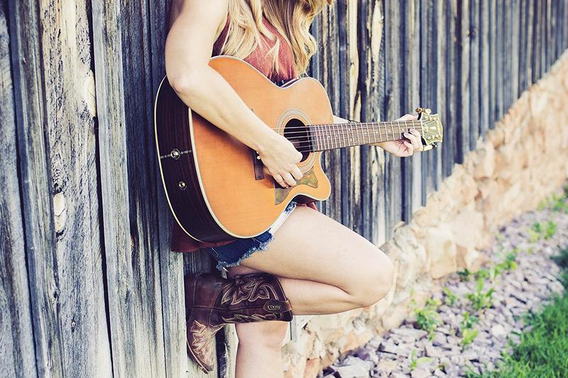 Du und deine Gitarre seid unzertrennlich?